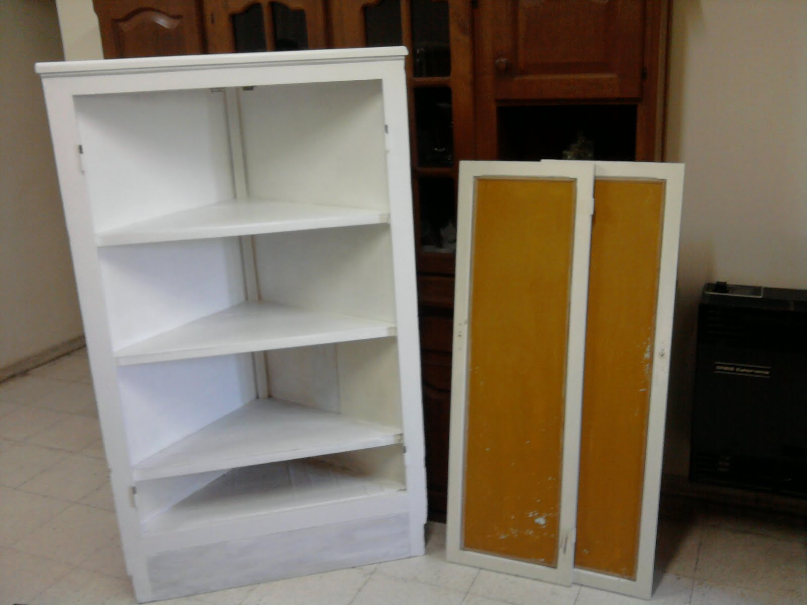 aqui esta el esquinero antes pintado blanco y naranja tenia las patas a la vista y me pidieron que agregara una madera hasta el piso para combinar con el