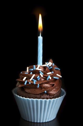 http://1.bp.blogspot.com/_OYfe-NT8Jxk/TFZX_qBLlPI/AAAAAAAAASg/7BUSSReS_KA/s1600/istock_-cupcake-one-candle-large_2.jpg