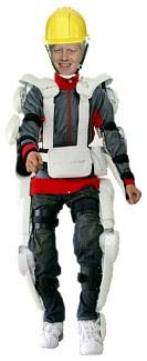 Boris Johnson mit Exoskelett und Schutzhelm