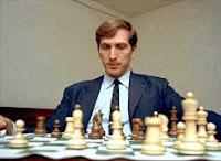 Bobby Fischer ante el tablero de ajedrez en 1971