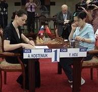 Alexandra Kosteniuk y Hou Yifan en el Campeonato del Mundo Femenino de Ajedrez 2008