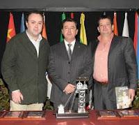 Premio Nacional de Ajedrez Chessy: Alfonso Romero, organizador de los premios, junto con el Alcalde de Linares y Eduardo Morejón, editor de la revista Jaque