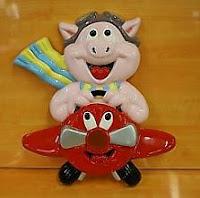 Cerdo o cochinillo en un avión o vuelo de bajo coste