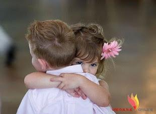Abrázame y deja que construya un mundo donde solo existamos tú y yo.
