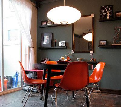 Interiores en todos los tonos de gris for Comedor gris con rojo