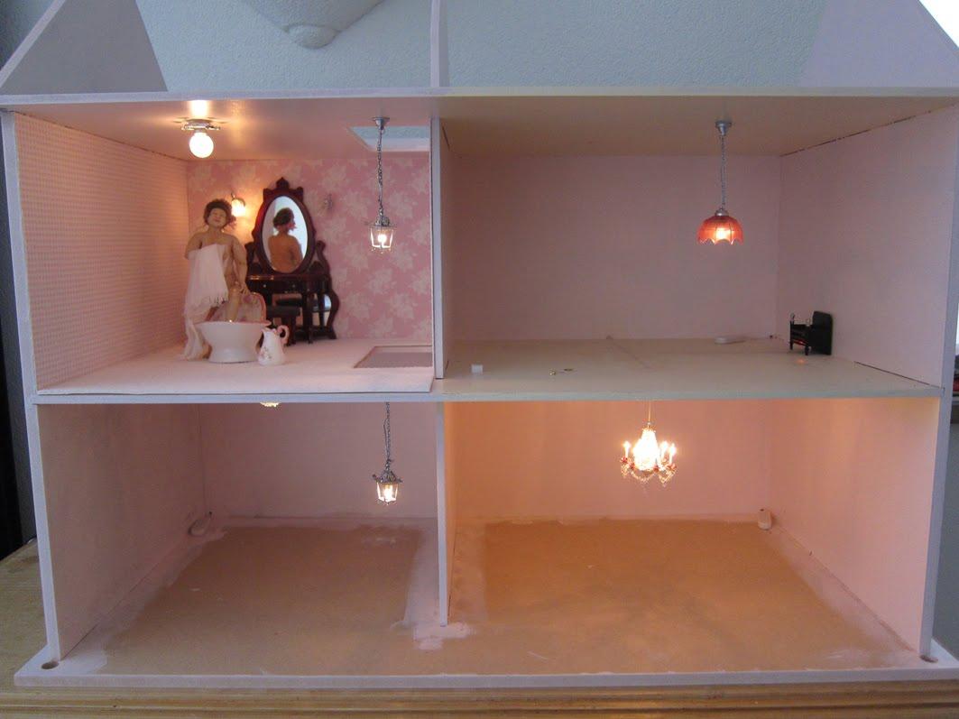 verlichting aan leggen in het poppenhuis is echt heel simpel de lampjes koop je met een stekkertje aan en werkend dan trek je de pootjes uit het
