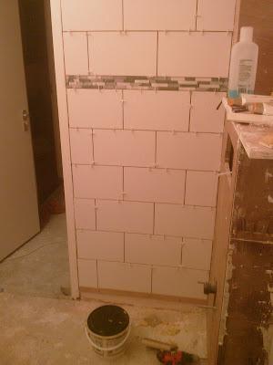 Zelf een badkamer maken tegelen - Betegelen van natuurstenen badkamer ...