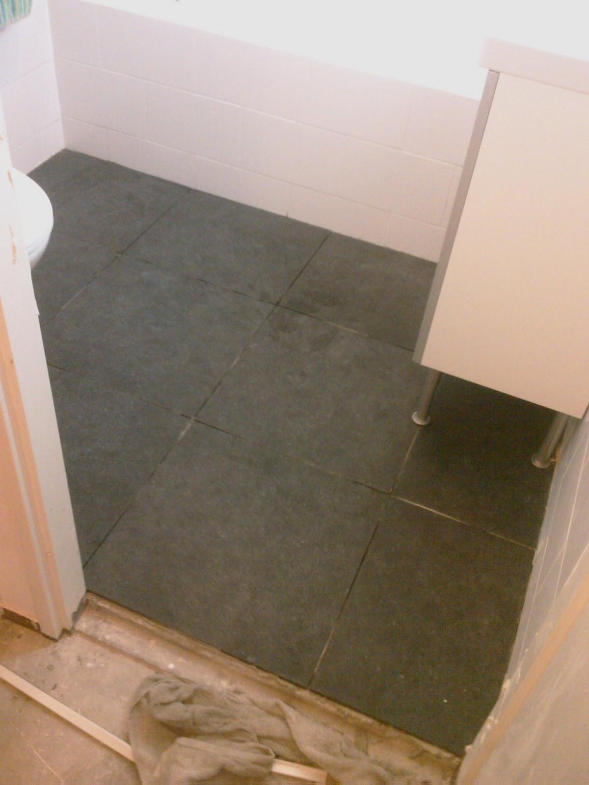 Zelf een badkamer maken - Badkamer vloer ...