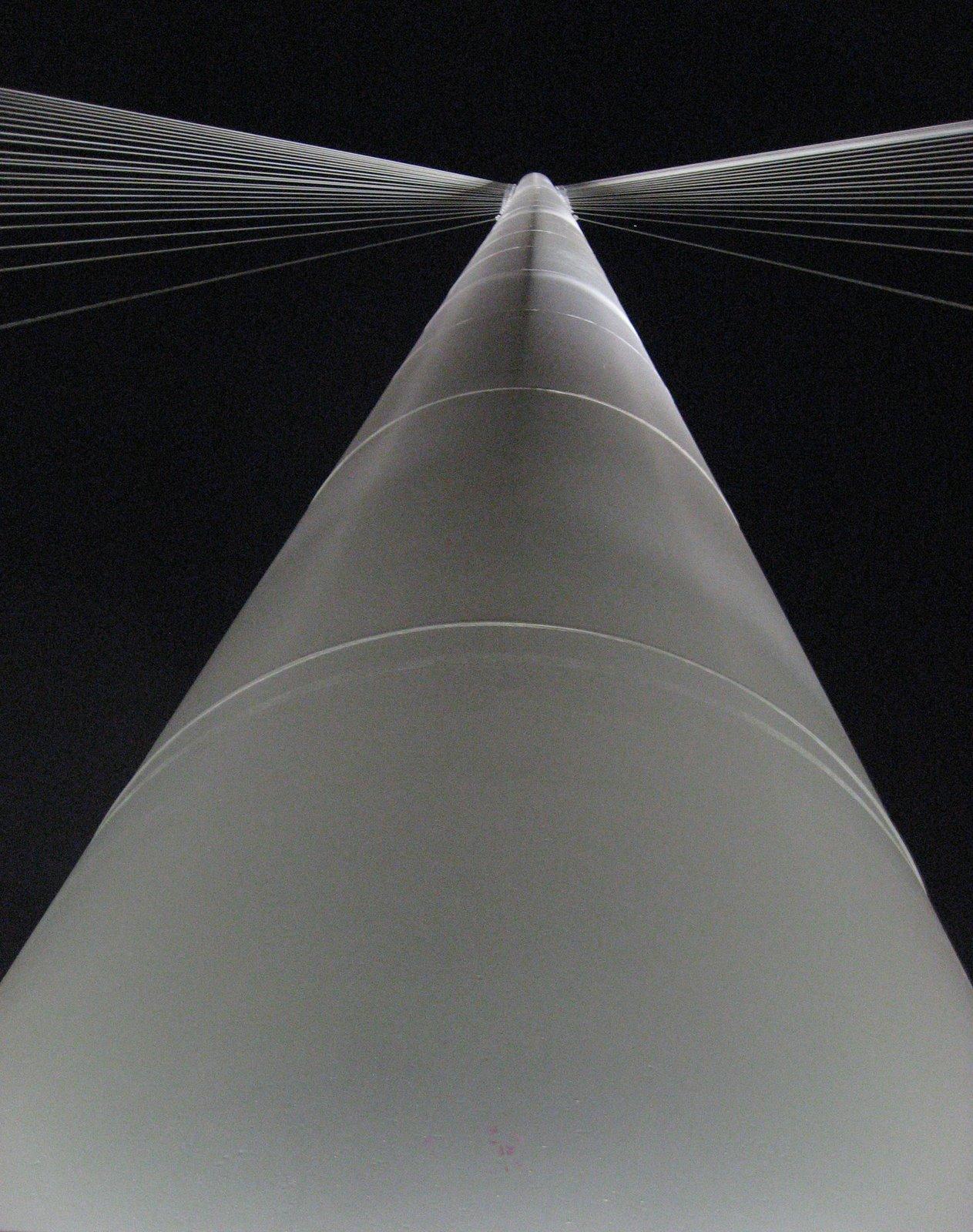Pasarela diseñada por Javier Manterola  , vista en picado de el mastil de 75 m. , toma nocturna .