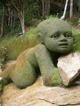 esculturas em terra cobertas com musgo