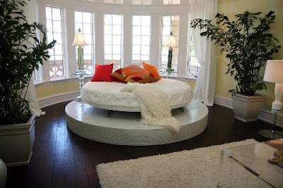 Round-shaped-bedset-in-round-niche-on-round-massive-platform-with-Rococo-wall-details