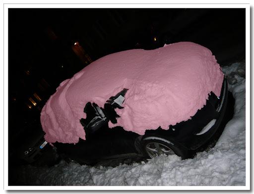 Rosa snö på biltak