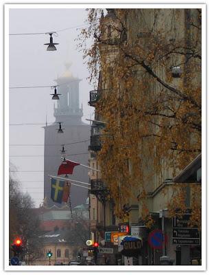 Stadshuset in i dimman