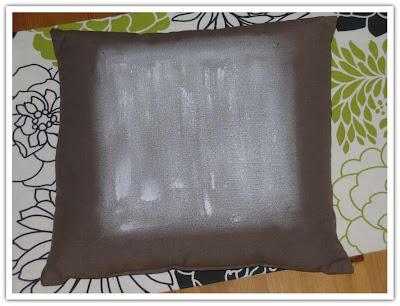 Kudde grundad med vit färg