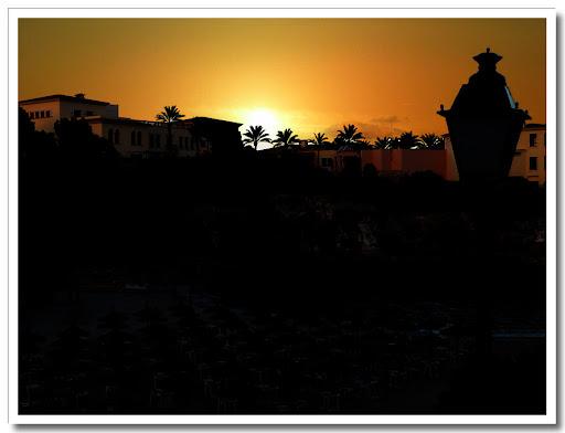 Strand som siluett + solnedgång