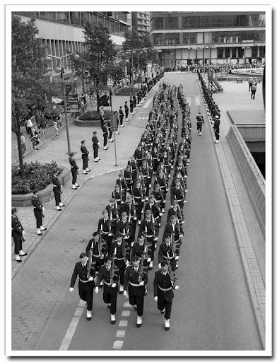 Militärer på promenad