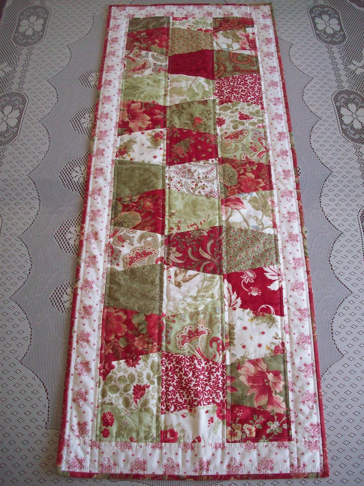 auntie 39 s quaint quilts christmas tablerunner. Black Bedroom Furniture Sets. Home Design Ideas