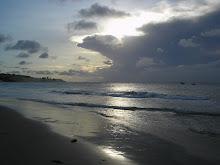 gosto do silêncio interrompido pelas ondas como um grito de alerta...