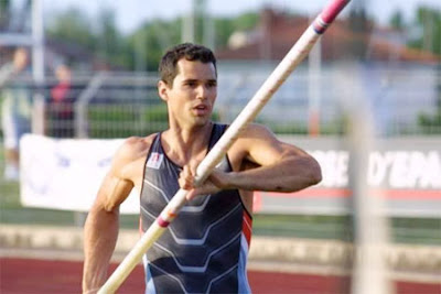 French pole vaulter runs naked