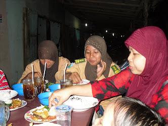 Istri Bersama Anak Ponakan Sedang Makan Ayam Penyit