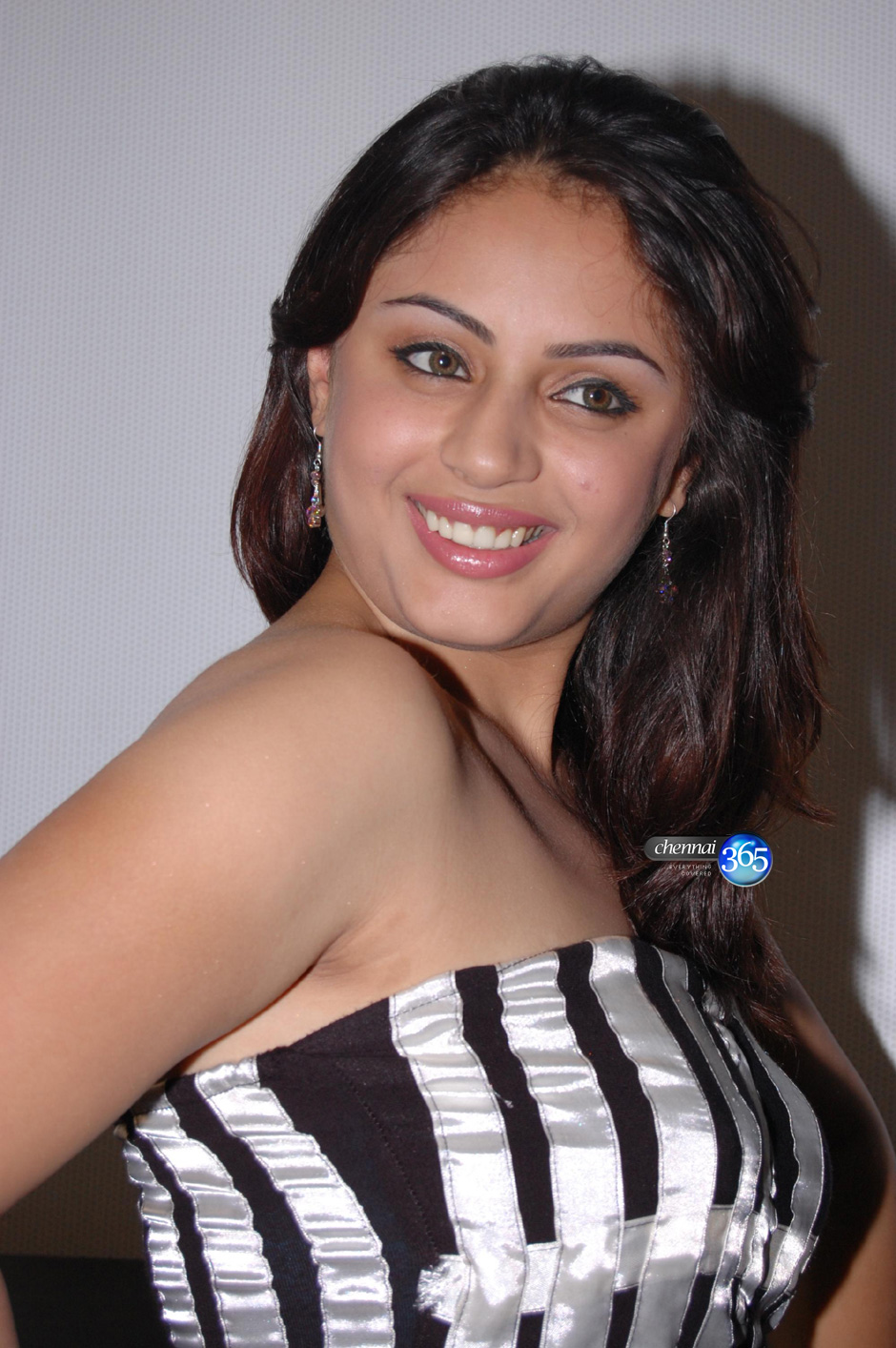 Http Bollywoodkickass Blogspot Com 2012 04 Suhani Hot Images From Function Looking Html