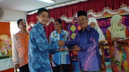 Ustaz Naim menerima cenderamata
