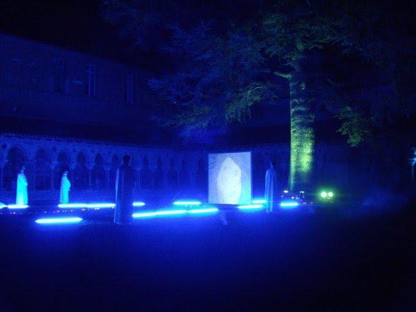 Le cloître de Moissac magique by night. Pays du chasselas, raisin de table aux grains dorés...