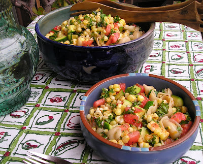 Mix the pasta, zucchini, corn, tomato and parsley in a salad bowl.
