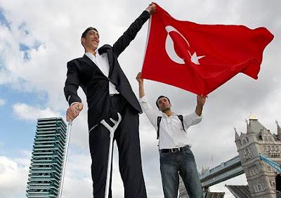 Turco reconhecido pelo Guiness como o homem mais alto do mundo