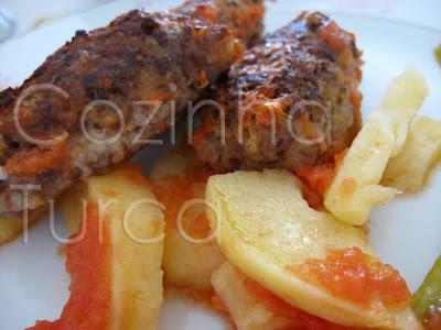 Kaftas no Forno com Batatas e Tomate (İzmir Köftesi)