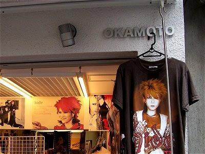 Ein Laden mit T-Shirts von Hide / X Japan