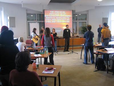 21. 5. 2008 - KAM - Malenovice - zahájení semináře okoučování. Mezi hudebníky jsou i David Andrlíček a Alča Pospíšilová, studenti letošního ročníku Stáže KAM.
