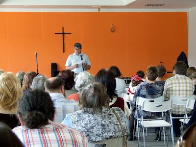 Miloš Khek uvádí schůzi členů evangelikálního sboru Elim