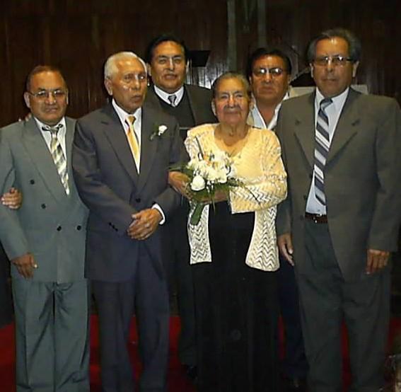 PROF.ALBERTO CASAS CISNETOS Y SU ESPOSA PROF. ROSALINDA  RODEADO DE SUS EX ALUMNOS DE CHOCOS