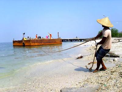 pictcantalk: seorang pemuda menarik kapal dengan tambang