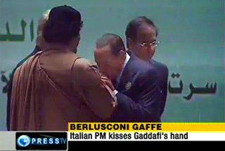 Berlusconi bacia la mano a Gheddafi - 27 marzo 2010