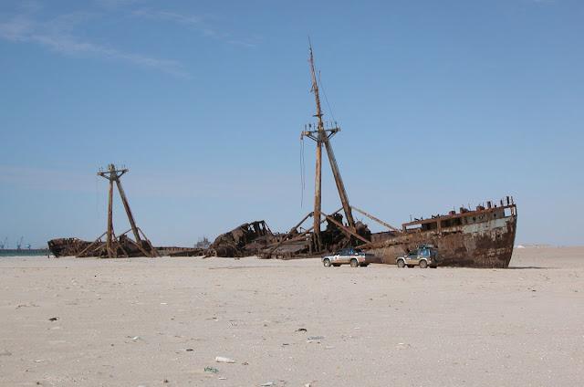 http://1.bp.blogspot.com/_Q-PuSGjFHvY/SVKzzr9-VxI/AAAAAAAADOo/bbfSi6T54MM/s640/Nouadhibou-shipwreck7.jpg