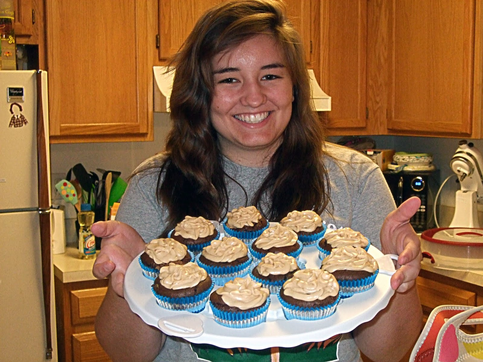 http://1.bp.blogspot.com/_Q0lsqWbF5js/TIWNcXqA2lI/AAAAAAAAAeI/6H_peMgCyDs/s1600/me%2Bwith%2Bcupcakes.jpg