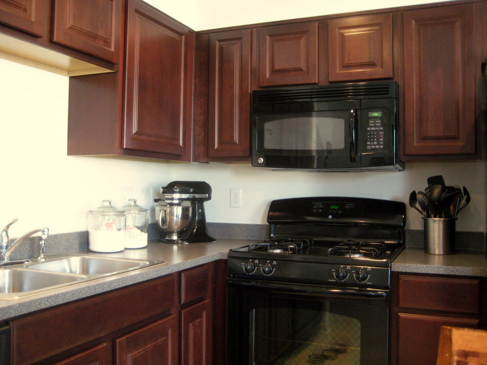 Backsplash goes black cabinets home design inside for Black kitchen cabinets