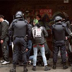 Imagen típica de una manifa antifascista: la policía a golpes
