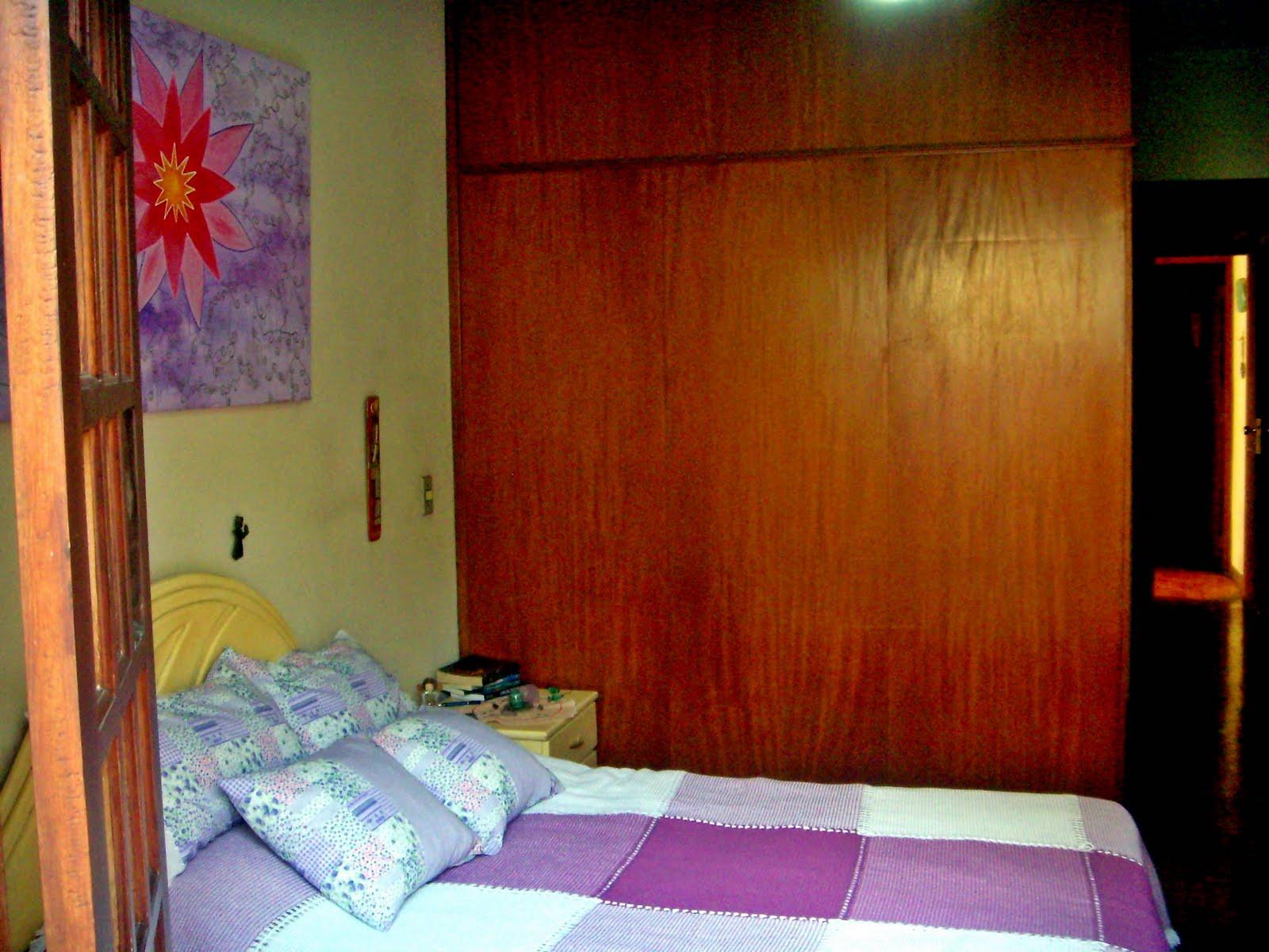 esta falsa parede de madeira na verdade é o fundo de um armário eu  #792708 1600x1200