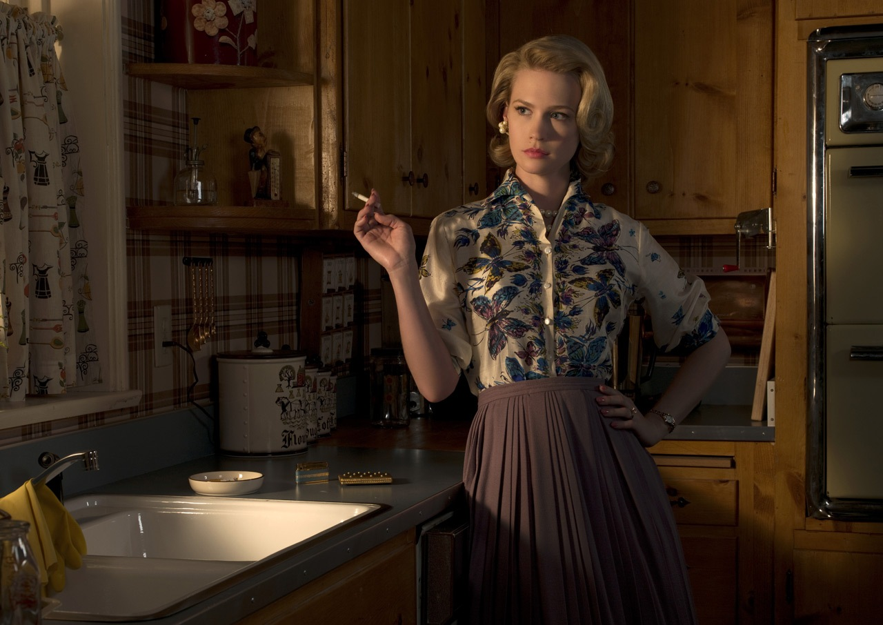 http://1.bp.blogspot.com/_Q9VyxPKprN0/TSe227b0AuI/AAAAAAAAAiE/cjmWQvVtOGk/s1600/January-Jones-Mad-Men.jpg