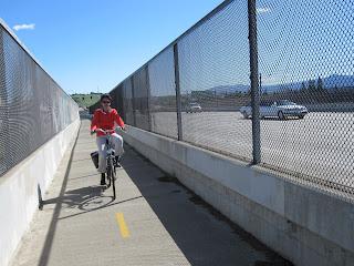 Manon fiets langs snelweg 87