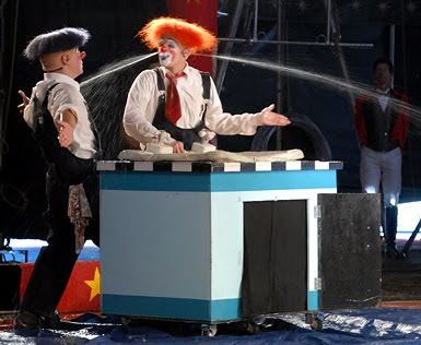 http://1.bp.blogspot.com/_QDTnAf3uO1A/SuEhufLcQmI/AAAAAAAACyQ/0YTcf6kr9rI/s400/kelly+miller+clowns+water+out+ears.jpg