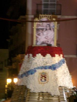 La Virgen del Remedio con el manto de flores aún no terminado