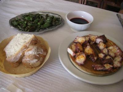 Comida típica gallega: pimientos de Padrón, pan y pulpo
