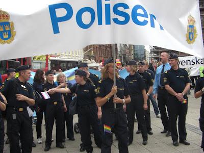 Gays policías desfilaron con orgullo.