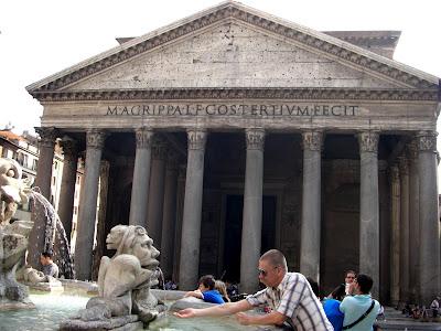 Panteón. Fue dedicado al Sol, la Luna y los cinco planetas Mercurio, Venus, Marte, Júpiter y Saturno