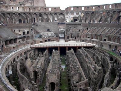 Túneles subterráneos debajo de la arena del Colosseum donde se alojaban animales y esclavos.