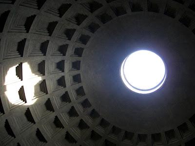 Óculo del Panteón desde el interior de la cúpula. Representa al Sol.